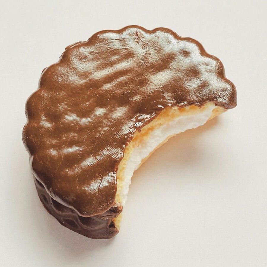 食品サンプルさんぷる工房の森永エンゼルパイ風チョコパイマグネット