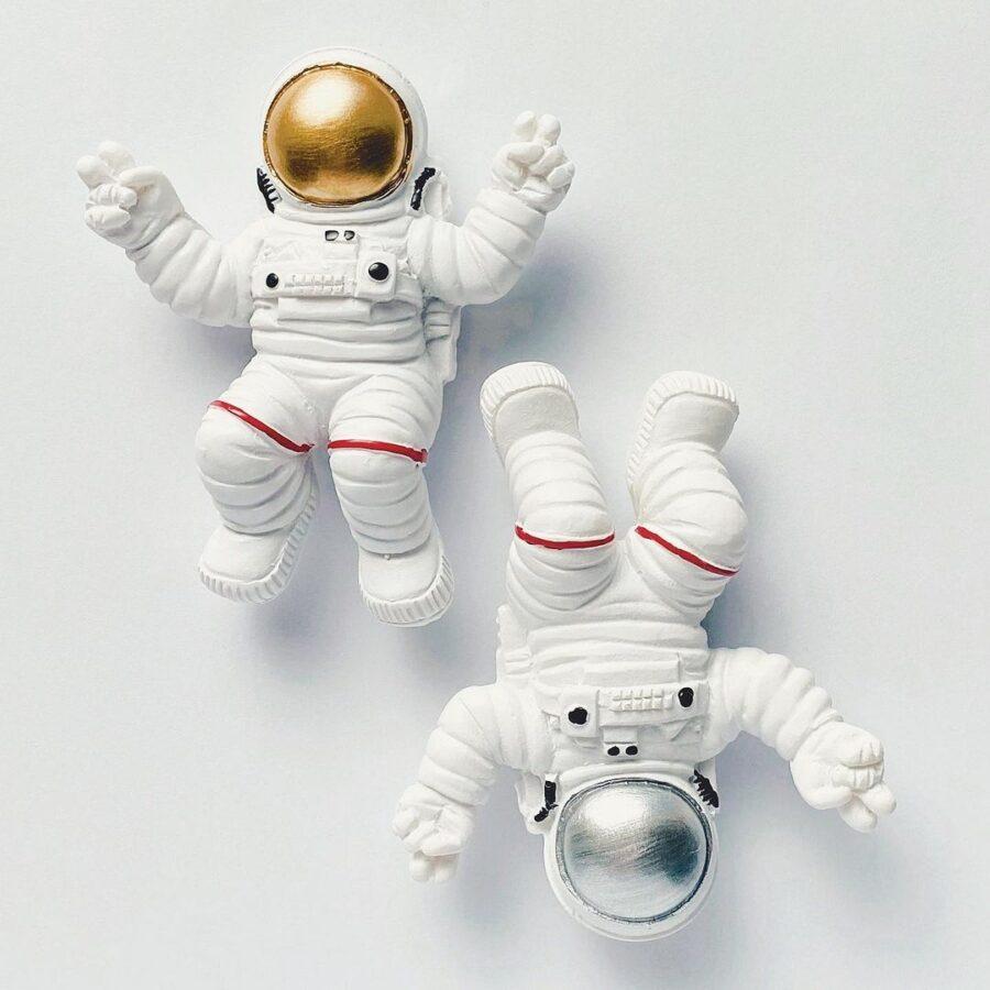 ゴールド&シルバーヘルメットの宇宙飛行士のマグネット